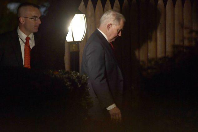 O Tζεφ Σέσιονς αποχωρεί από το υπουργείο Δικαιοσύνης μετά την αποπομπή του από τον Τραμπ (Φωτογραφία: ΑΡ)