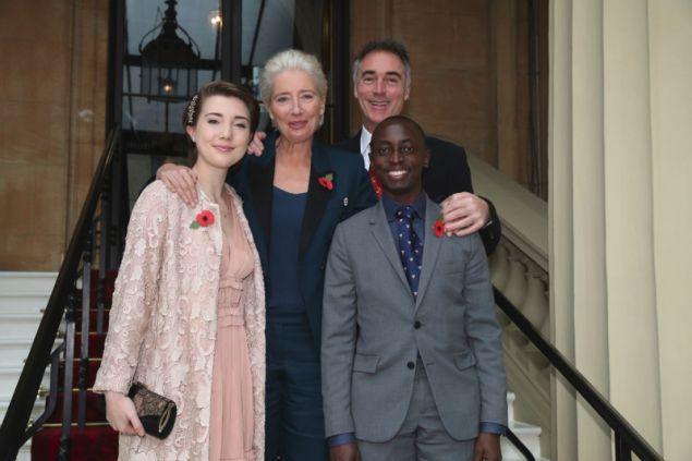 Η Έμμα Τόμσον έφτασε στο παλάτι φορώντας αθλητικά παπούτσια και ένα κοστούμι από τη Στέλλα Μακάρτνι, συνοδευόμενη από το σύζυγό της και τα παιδιά τους.