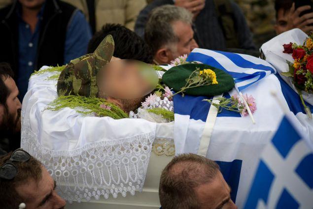 Στρατιωτικό τζόκεϊ, μπερές, ελληνική σημαία και λουλούδια σκεπάζουν την σορό Κατσίφα -Φωτογραφία: EUROKINISSI/ΛΕΩΝΙΔΑΣ ΜΠΑΚΟΛΑΣ