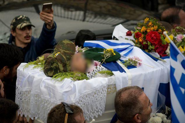 Τυλιγμένη με την γαλανόλευκη, η σορός Κατσίφα -Βουβός πόνος για τους γονείς του Κ. Κατσίφα -Φωτογραφία: EUROKINISSI/ΛΕΩΝΙΔΑΣ ΜΠΑΚΟΛΑΣ