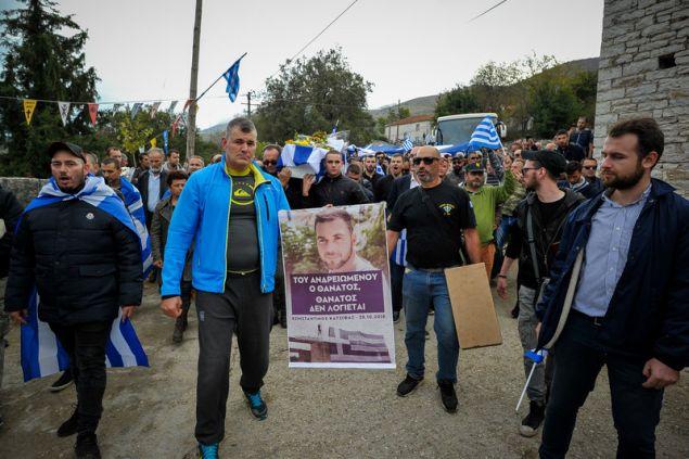 Σημαίες, πλακάτ και συνθήματα από τους φίλους του Κ. Κατσίφα -Φωτογραφία: EUROKINISSI/ΛΕΩΝΙΔΑΣ ΜΠΑΚΟΛΑΣ