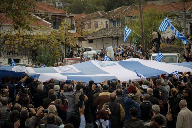 Με την τεράστια ελληνική σημαία συνοδεύουν την σορό Κατσίφα στο νεκροταφείο -Φωτογραφίες: EUROKINISSI/ΛΕΩΝΙΔΑΣ ΜΠΑΚΟΛΑΣ