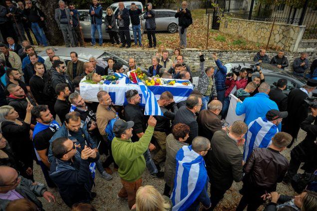 Φίλοι και συγγενείς συνοδεύουν το φέρετρο --Φωτογραφία: EUROKINISSI/ΛΕΩΝΙΔΑΣ ΜΠΑΚΟΛΑΣ