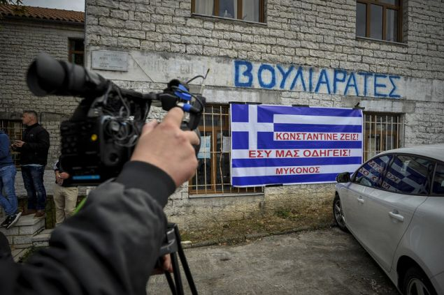 """""""Κωνσταντίνε ζεις, έσυ μας οδηγείς"""" -Φωτογραφία: EUROKINISSI/ΛΕΩΝΙΔΑΣ ΜΠΑΚΟΛΑΣ"""