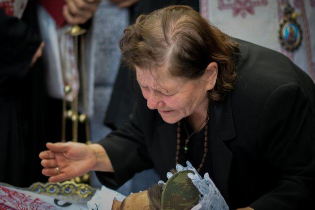 Το αντίο της μάνας -Φωτογραφία: EUROKINISSI/ΛΕΩΝΙΔΑΣ ΜΠΑΚΟΛΑΣ