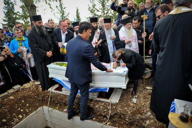 Η μητέρα του Κ. Κατσίφα αποχαιρετάει τον γιο της με ένα φιλί/Φωτογραφία: EUROKINISSI/ΛΕΩΝΙΔΑΣ ΜΠΑΚΟΛΑΣ