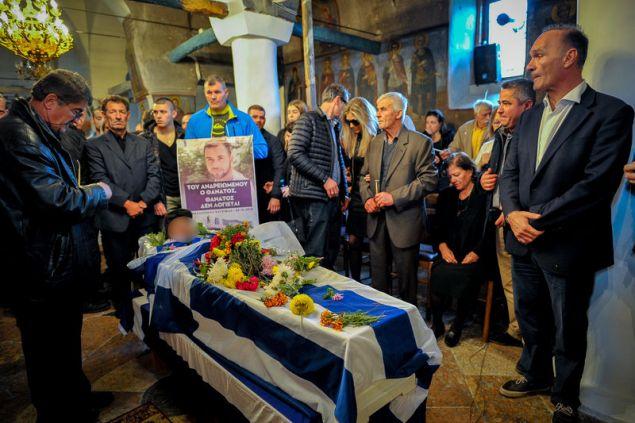 Στην εκκλησία των Βουλιαράτων το φέρετρο με την σορό Κατσίφα -Φωτογραφία: EUROKINISSI/ΛΕΩΝΙΔΑΣ ΜΠΑΚΟΛΑΣ