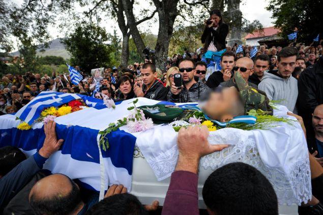 Χιλιάδες άνθρωποι ακολοθούν τη νεκρική πομπή -Φωτογραφία: EUROKINISSI/ΛΕΩΝΙΔΑΣ ΜΠΑΚΟΛΑΣ