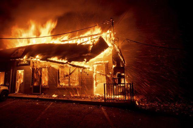 Εξαιτίας των ισχυρών ανέμων και των ιδιαίτερα ξηρών συνθηκών, η πυρκαγιά που βαπτίστηκε «Camp Fire» από τις αρχές σάρωσε τμήματα της πόλης Πάρανταϊς