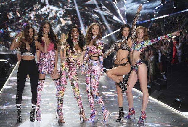 Τα «αγγελάκια» της Victoria's Secret σέξι και χαμογελαστά