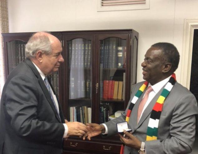 Η συνάντηση του Τέρενς Κούκ με τον πρόεδρο της Ζιμπάμπουε