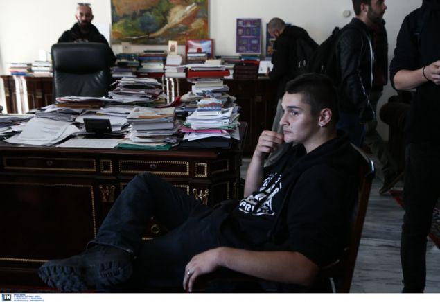 Μαθητές παραμένουν στο γραφείο του υπουργού Παιδεία Κ.Γαβρόγλου- φωτογραφία intimenews