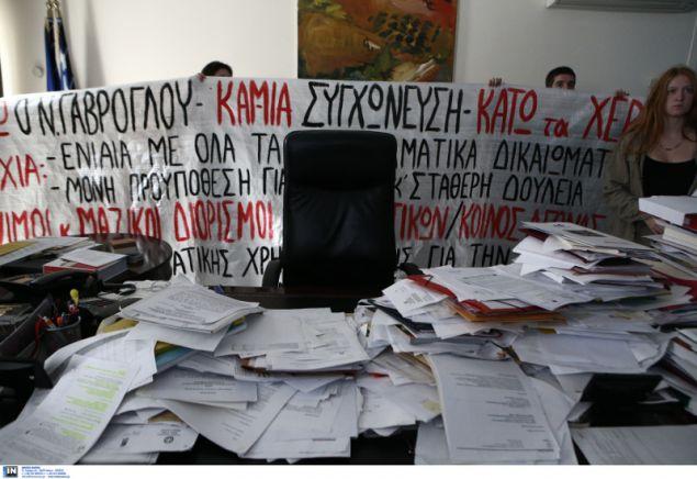 Κάτω ο νόμος Γαβρόγλου για τις συγχωνεύσεις γράφει το πανό πίσω από το γραφείο του Υπουργού- φωτογραφία intimenews