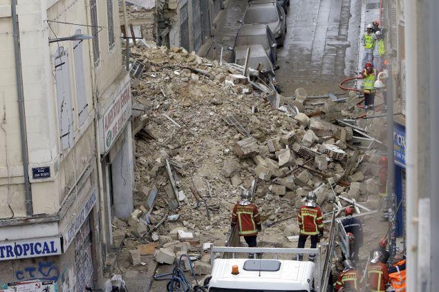 Οι διασώστες ανέσυραν την Παρασκευή και όγδοη σορό, από τα ερείπια/φωτογραφία: ap