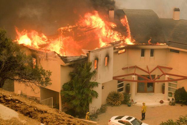 Καίγονται σπίτια στο Μαλιμπού