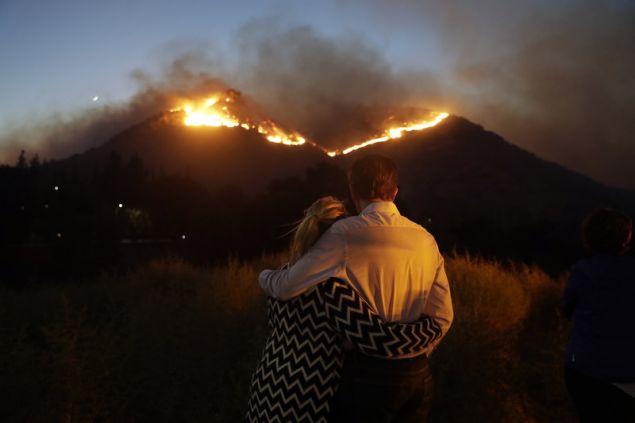 Ζευγάρι παρακολουθεί έντρομο τον πύρινο εφιάλτη να πλησιάζει το σπίτι τους στο Γουέστ Χιλς (Φωτογραφία: ΑΡ)