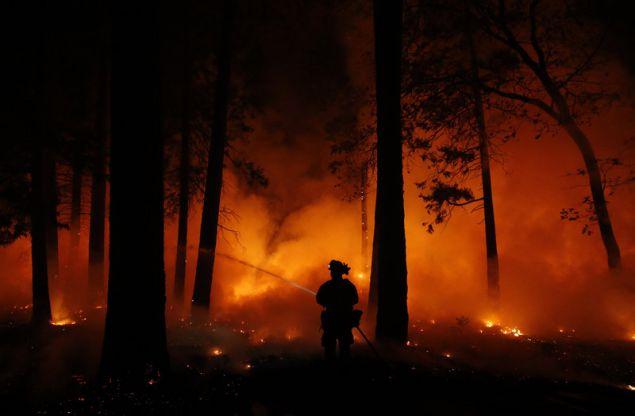 Πυροσβέστες εν δράσει στην περιοχή Μαγκάλια της Καλιφόρνια (Φωτογραφία: ΑΡ)