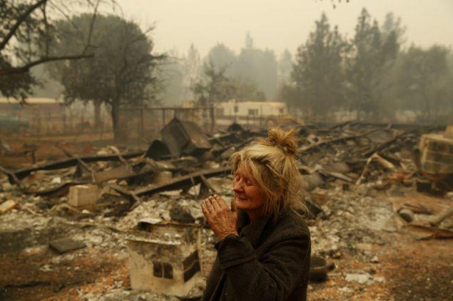 Ένας λυγμός για τους κόπους μιας ζωής. Συντετριμμένη η Κάθι Φάλον αντικρίζει τα αποκαϊδια του σπιτιού της στο Παραντάις (Φωτογραφία: ΑΡ)