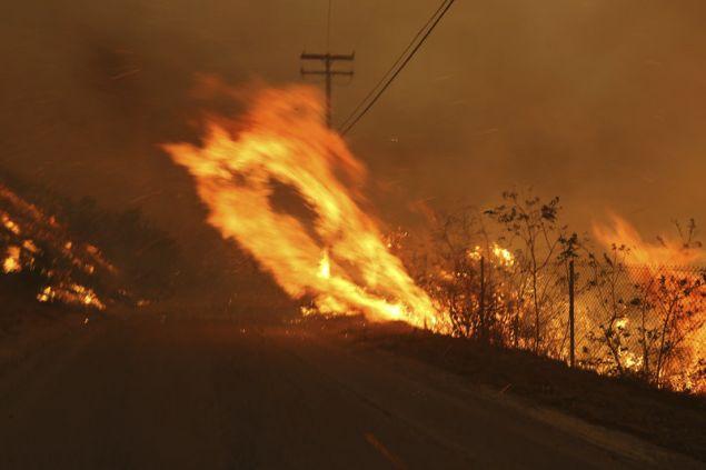 Φλόγες «πηδούν» στην άλλη πλευρά δρόμου στο Μαλιμπού (Φωτογραφία: ΑΡ)