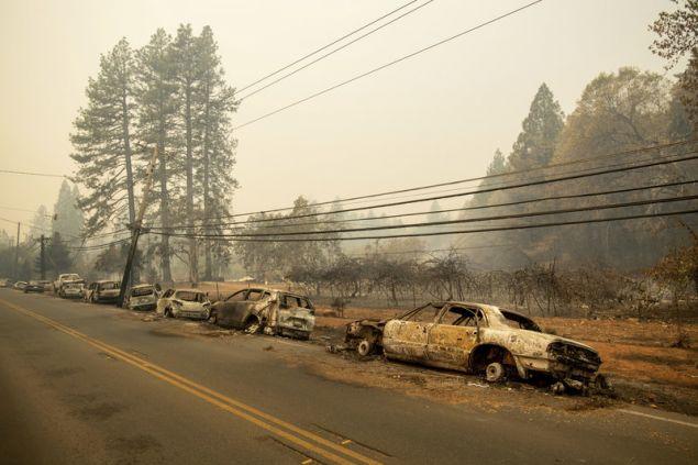 Απανθρακωμένα αυτοκίνητα στο Παραντάις της Καλιφόρνια (Φωτογραφία: ΑΡ)