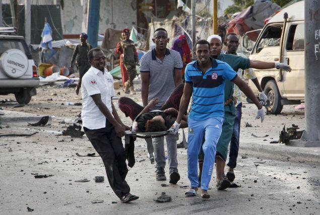Οι εκρήξεις συγκλόνισαν το κέντρο του Μογκαντίσου (Φωτογραφία: ΑΡ)