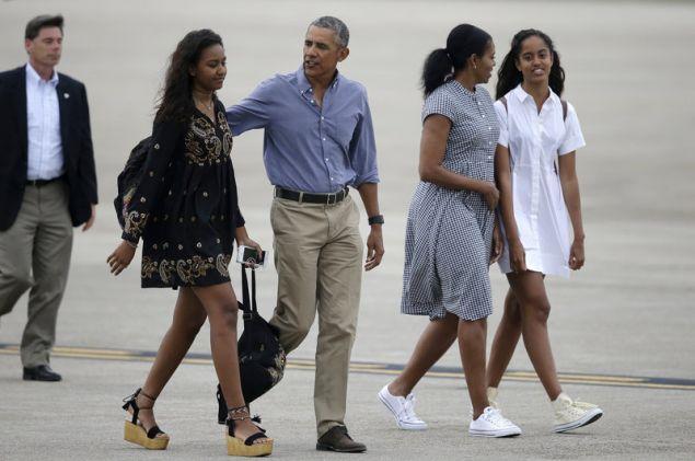 Το ζεύγος Μπαράκ και Μισέλ Ομπάμα με τις κόρες τους Σάσα και Μαλία (Φωτογραφία αρχείου: ΑΡ)