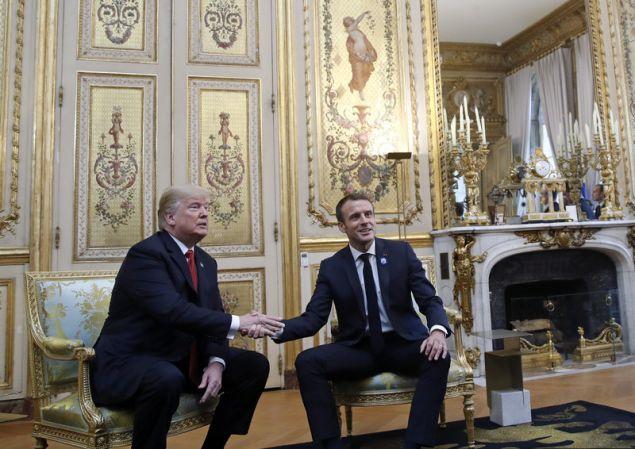 Ο Γάλλος πρόεδρος έκανε και πάλι επίδειξη δύναμης στη χειραψία με τον Ντόναλντ Τραμπ (Φωτογραφία: ΑΡ)