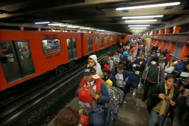 Οι μετανάστες επιβιβάστηκαν σε πέντε συρμούς του μετρό