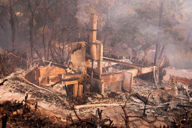 Στάχτες και αποκαϊδια έχουν αφήσει πίσω τους οι πυρκαγιές