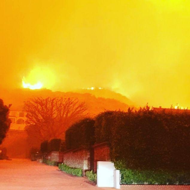 Ο Ορλάντο Μπλουμ δημοσίευσε μία φωτογραφία από το σπίτι του στο Μαλιμπού, αναφέροντας πως είναι ασφαλής.