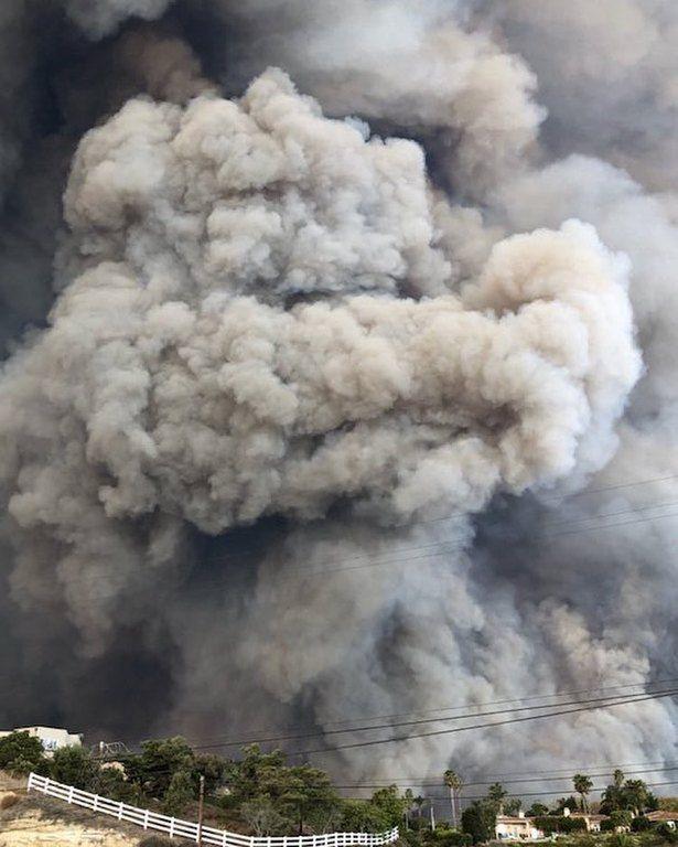 Η στιγμή που η φωτιά «χτυπά» το Μαλιμπού.