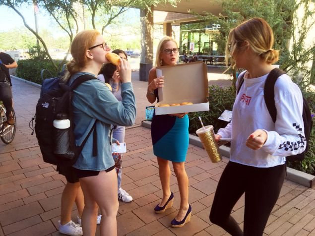 H  Σίνεμα μοιράζει ντόνατς έξω από  Πανεπιστήμιο της Αριζόνα στη διάρκεια της προεκλογικής εκστρατείας/Φωτογραφία: ΑΡ