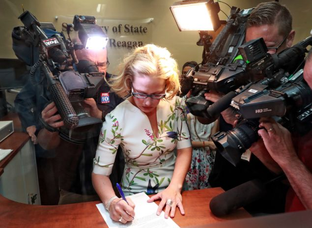 H Σίνεμα παραδίδει τις υπογραφές που συγκέντρωσε για την υποψηφιότητά της/Φωτογραφία: ΑΡ