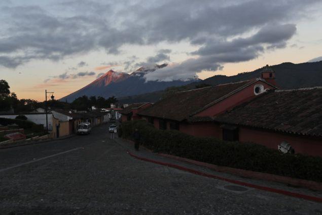 Το ηφαίστειο, που απέχει 35 χιλιόμετρα νοτιοανατολικά της πρωτεύουσας, φθάνει σε ύψος τα 3.763 μέτρα