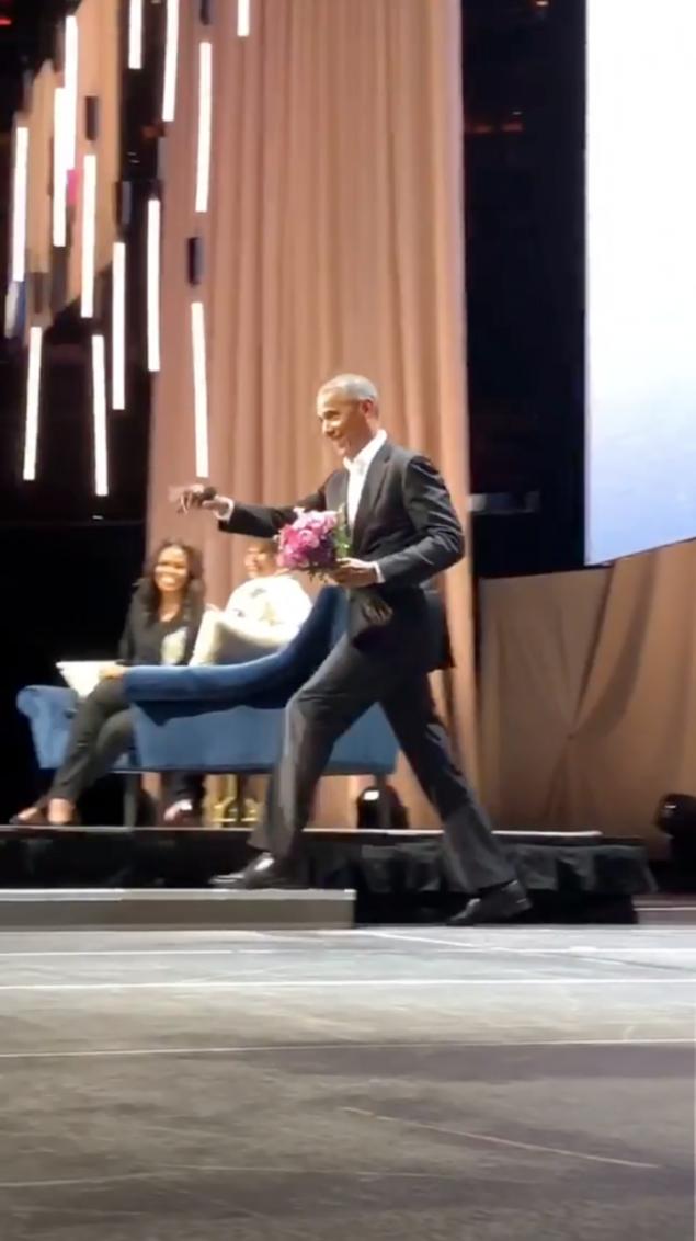 Ο Μπαράκ Ομπάμα ξάφνιασε την Μισέλ όταν εμφανίστηκε στην παρουσίαση του βιβλίου της