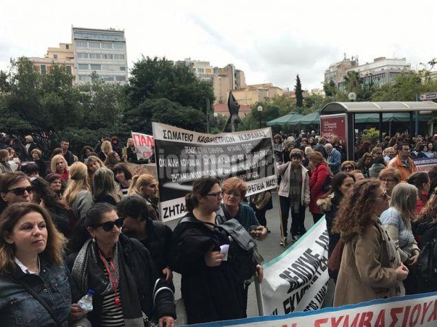 Κλιμακώνοντας των αγώνα τους, μάλιστα, πραγματοποιούν 48ωρη απεργία και νωρίτερα προηγήθηκε πορεία από τα γραφεία της Ομοσπονδίας τους, στην πλατεία Καραϊσκάκη.