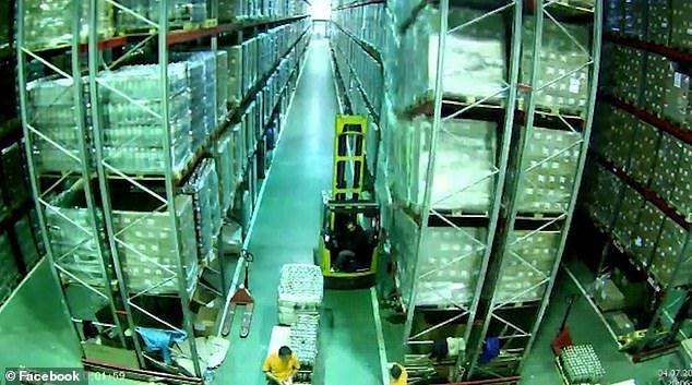 Ντόμινο κατάρρευσης ραφιών προοκάλεσε ένας εργάτης σε αποθήκη εμπορευμάτων.