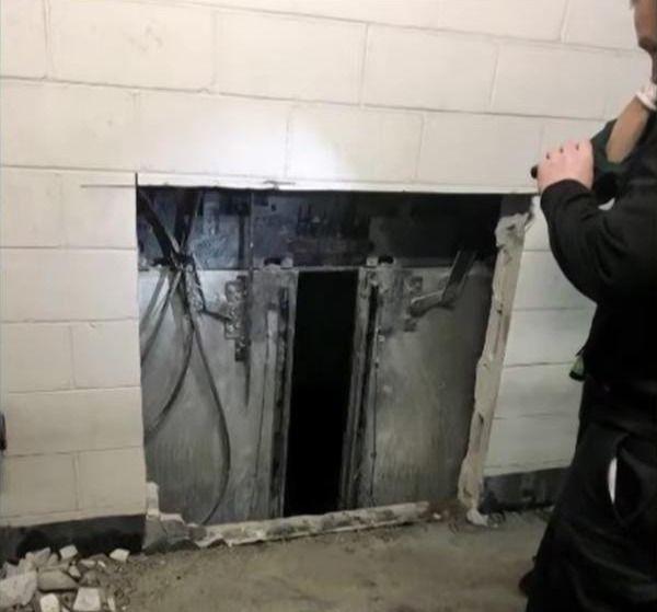 Οι Πυροσβέστες αναγκάστηκαν να ανοίξουν μία τρύπα στον τοίχο για να φτάσουν στις πόρτες του ασανσέρ.