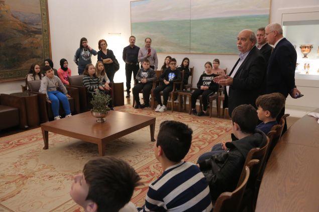 Τη Βουλή των Ελλήνων επισκέφθηκαν μαθητές από τέσσερα μειονοτικά δημοτικά σχολεία της ορεινής Ροδόπης, συνοδευόμενοι από δασκάλους τους