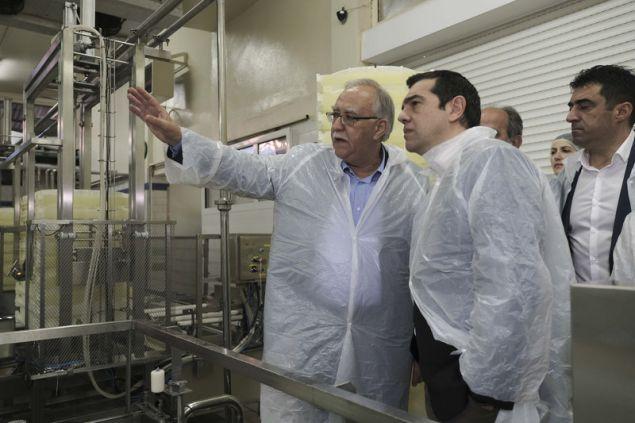 Ο πρωθυπουργός ξεναγήθηκε στον Αγροτικό και Γαλακτοκομικό Συνεταιρισμό Καλαβρύτων