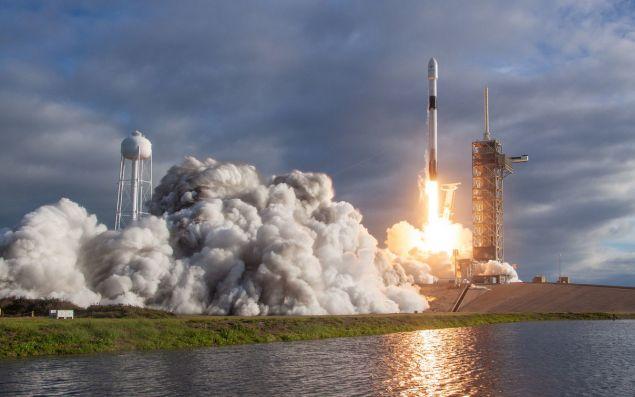 Ο πύραυλος Falcon 9 εκτοξεύθηκε το βράδυ της Δευτέρας από την αεροπορική βάση Βάντενμπεργκ της Καλιφόρνια, έθεσε σε τροχιά 64 μικρούς δορυφόρους