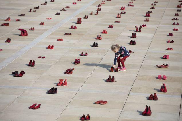 Γυναίκες όλων των ηλικιών τοποθέτησαν τα παπούτσια τους στην πλατεία Habima ως ένδειξη διαμαρτυρίας