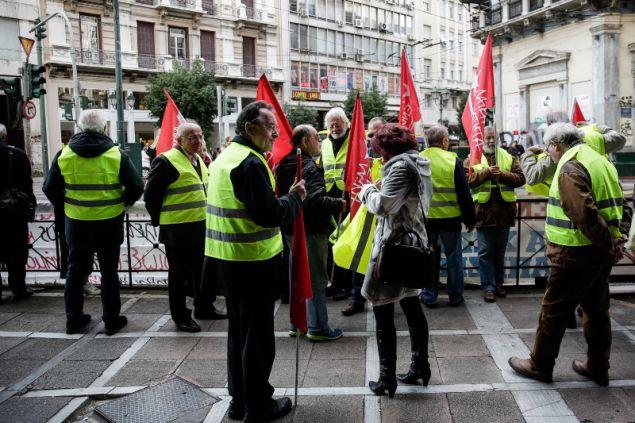 Νωρίτερα τα μέλη της ΛΑΕ με τα κίτρινα γιλέκα είχαν διαμαρτυρηθεί έξω από συμβολαιογραφικό γραφείο για τους πλειστηριασμούς- φωτογραφία eurokinissi