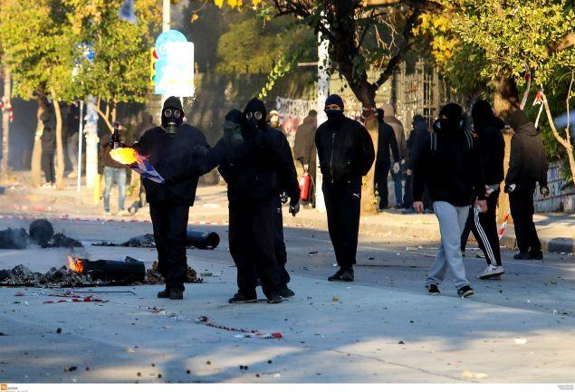 Κάψιμο της ελληνικής σημαίας από κουκουλοφόρους