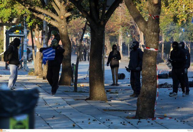 Κουκουλοφόροι ετοιμάζονται να κάψουν την ελληνική σημαία