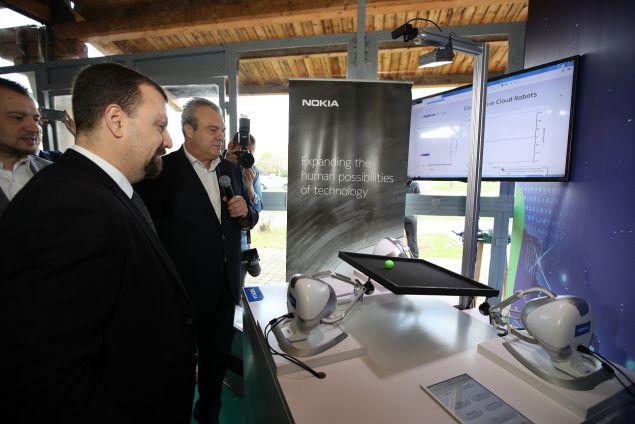 Ο Υπουργός Ψηφιακής Πολιτικής, Τηλεπικοινωνιών και Ενημέρωσης, κ. Νίκος Παππάς δοκιμάζει τις πρωτοποριακές εφαρμογές 5G