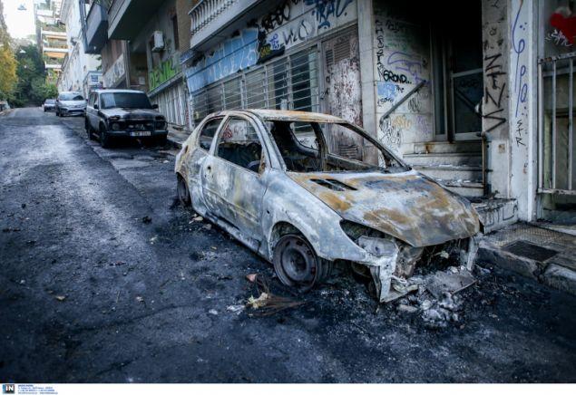 Καμένα αυτοκίνητα στους δρόμους των Εξαρχείων- φωτογραφία intimnews