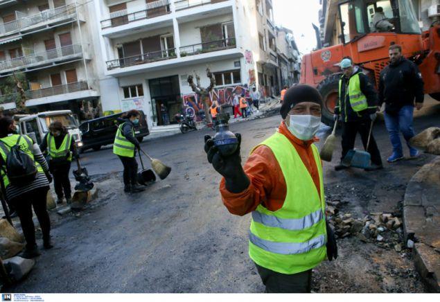 Ανδρας των συνεργείων καθαριότητας δείχνει μία από τις οβίδες κρότου λάμψης που χρησιμοποίησαν τα ΜΑΤ- φωτογραφία intimenews