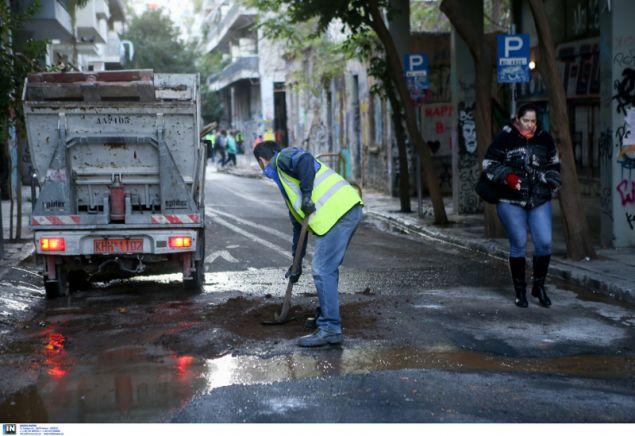 Συνεργεία του Δήμου προσπαθούν να καθαρίσουν τους δρόμους- φωτογραφία intimenews