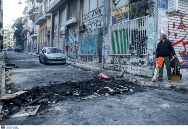 Οι κουκουλοφόροι έβαλαν φωτιές σε όλα τα στενά των Εξαρχείων για να αντιμετωπίσουν τα ΜΑΤ- φωτογραφία intimnews
